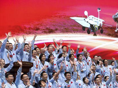 Los integrantes del Centro de Control Aeroespacial de Pekín celebran el pasado martes el éxito de la misión 'Tianwen 1'.