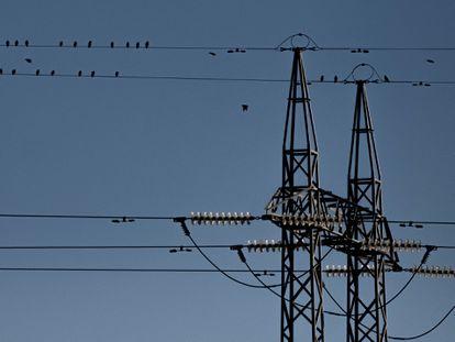 Un tendido eléctrico a las afueras de Sevilla, el pasado enero.