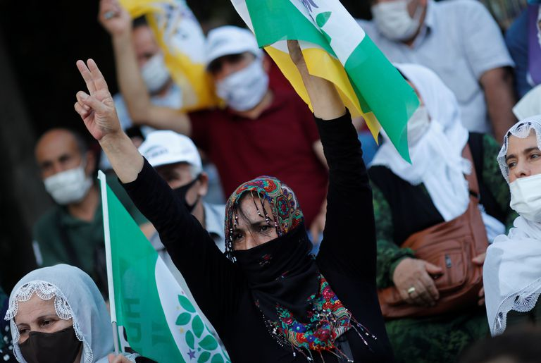 Una simpatizante del HDP hace el signo de la victoria durante una marcha por la democracia organizada por el partido el pasado junio.