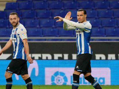 Keidi Bare y Raúl de Tomás, en el duelo entre el Espanyol y el Almería.