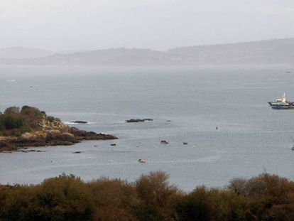 Vista de la playa de Foxo, en la ciudad pontevedresa de Vigo, este lunes, en el que comienzan las operaciones para reflotar el narcosubmarino.