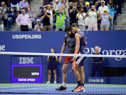 Nadal y Thiem se abrazan tras el pulso de cuartos en la central de Nueva York.