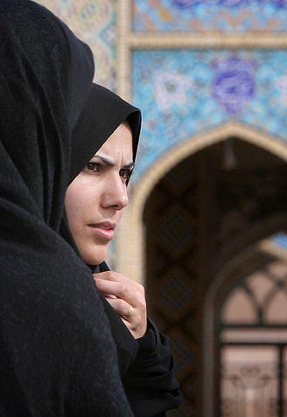 Dos mujeres iraníes frente a la gran mezquita de la ciudad de Arán.