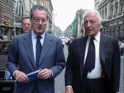 Cesare Romiti (izquierda), con Gianni Agnelli, presidente de Fiat, el 31 de mayo de 1988 en Roma.