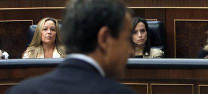 El presidente Rodríguez Zapatero, durante la sesión de control. Al fondo, las ministras González-Sinde, Jiménez, Corredor y Aído.
