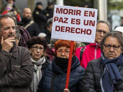 Manifestación a las puertas de los juzgados de plaza de Castilla, en Madrid, en favor de la despenalización de la eutanasia.