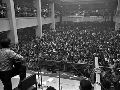 Recital de Raimon en la Universidad Complutense de Madrid, el 18 de mayo de 1968.