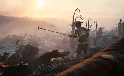 Un bombero entre los escombros de un incendio en Valparaíso, el pasado 2 de enero.