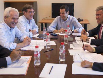Juan Manuel Moreno, en el centro, rodeado de los expertos de la comisión.