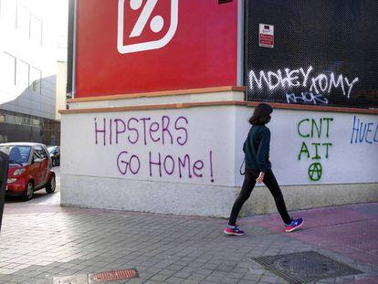 Pintadas contra la presencia de artistas en el barrio de San Isidro.