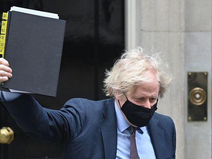 Boris Johnson muestra este martes el documento de Estrategia Internacional de Política Exterior y Seguridad del Reino Unido, en Londres.