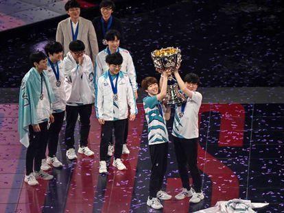 Los capitanes del equipo surcoreano Damwon alzan el trofeo de la victoria ante el equipo chino Suning en la final del 'League of Legends World Video Game Championships' en Shanghái, China.
