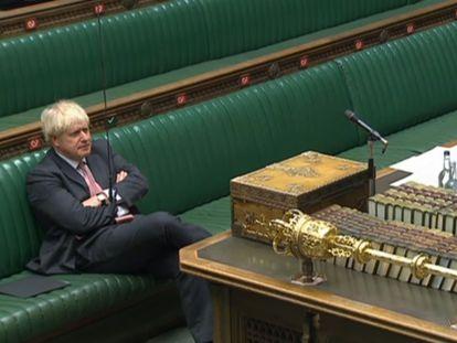 Boris Johnson escucha este lunes al portavoz laborista, Ed Miliband, en la Cámara de los Comunes