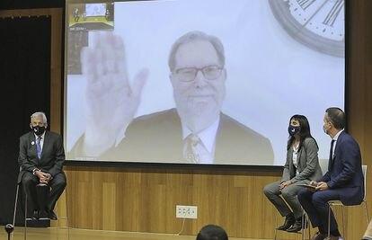 El premio Nobel George Smoot en pantalla durante su presentación como investigador en la Universidad del País Vasco.