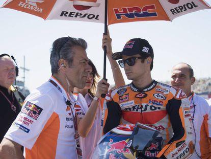 Dani Pedrosa, junto a su jefe de mecánicos, en la parrilla de salida del GP de Holanda.