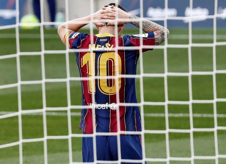 Messi se lamenta tras una ocasión de gol malbaratada por el Barça.