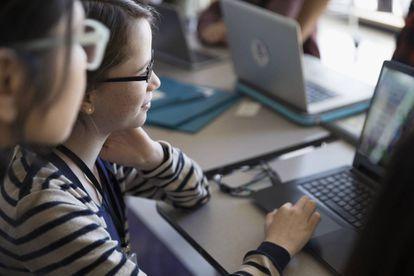 Varios alumnos frente al ordenador.