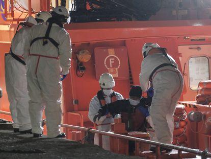 La Guardamar 'Talía' de Salvamento Marítimo regresa a Gran Canaria tras recoger del agua a una mujer y confirmar la presencia de un cadáver que se hundía al apoyar a la Marina marroquí este domingo.