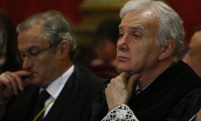 José Manuel Sieira (a la derecha), magistrado de la Sala Tercera del Tribunal Supremo.