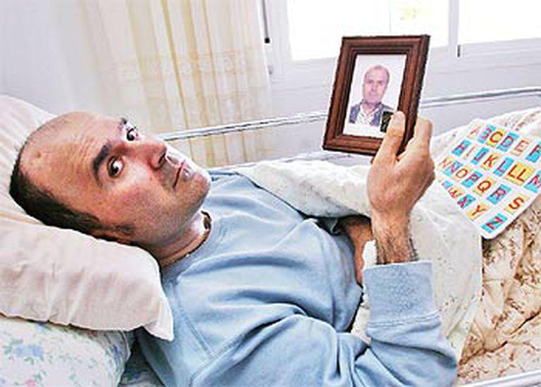 Indalecio Llort, en su casa de Palma, con una foto anterior al coma.