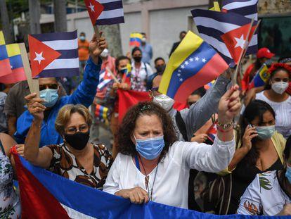 Manifestantes en Caracas (Venezuela) a favor de Cuba frente a la embajada cubana, este lunes.