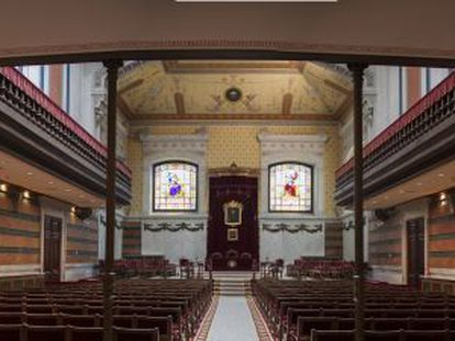 El salón de actos se ve iluminado por dos vidrieras del artesano bordelés Dragant.
