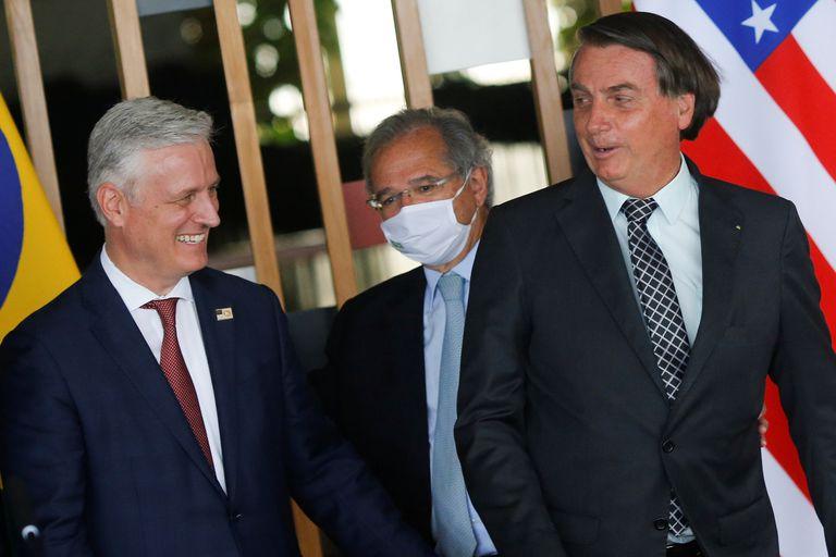 El presidente Bolsonaro y el consejero de Seguridad Nacional de EEUU, Robert O'Brien, (izquierda) este martes junto al ministro Paulo Guedes, de Economía, en Brasilia.