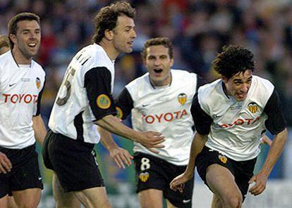 El centrocampista del Valencia Vicente Rodríguez (dcha.), junto a varios compañeros, celebra su gol frente al Olympique.