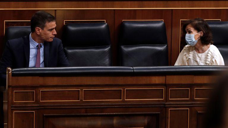 El presidente del Gobierno, Pedro Sánchez y la vicepresidenta primera, Carmen Calvo, en el Congreso.