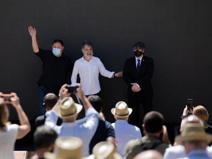 El líder de ERC, Oriol Junqueras; el presidente de Òmnium Cultural, Jordi Cuixart, y el expresidente de la Generalitat, Carles Puigdemont, en un acto en Elna, (Francia), el pasado 16 de julio