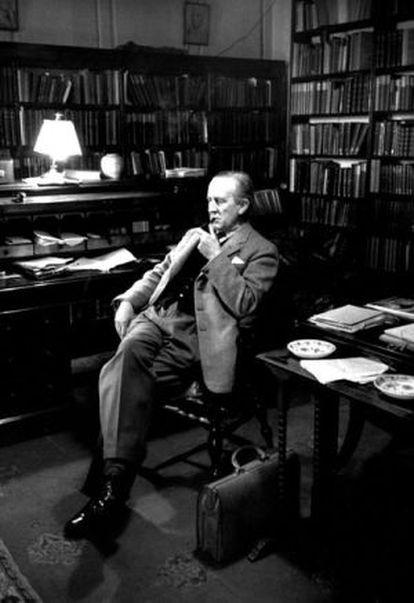 El escritor británico John Ronald Reul Tolkien, en su estudio de Oxford.