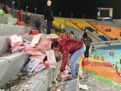 El aficionado boliviano limpiando las gradas del estadio Felix Capriles tras el encuentro.