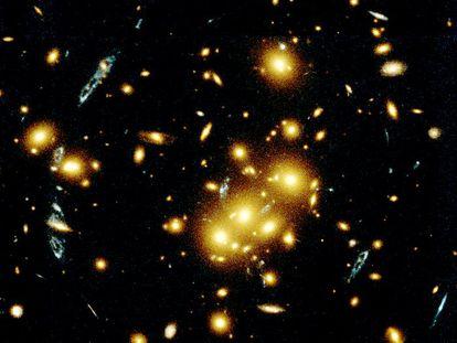 Múltiples imágenes de una misma galaxia captadas por el telescopio Hubble.