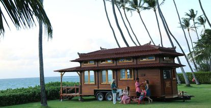 La familia Dabo celebra la construcción de su diminuta casa en Maui, en el programa 'Minicasas en el paraíso'.