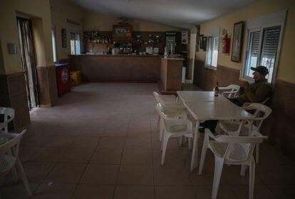 José Murcia, de 79 años, toma un tercio en El Ventorro, el único bar de Balsa de Ves.