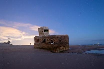 Imagen nocturna del búnker de la Punta del Boquerón en San Fernando (Cádiz) . El búnker se encuentra en un progresivo estado de deterioro, con riesgo de derrumbe.