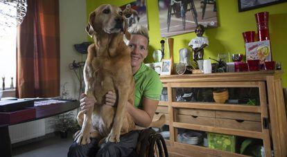 Marieke con su perro Zen en el salón de su casa poco antes de partir a Lanzarote.