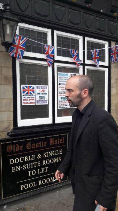 Un ciudadano pasa junto a un hotel con carteles que celebran el 'Brexit'.