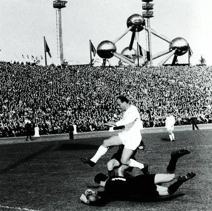 Soldan, portero del Milan, atrapa el balón ante Di Stéfano en la final de 1958.