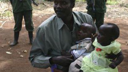El fugitivo Joseph Kony, con sus hijos en 2008.