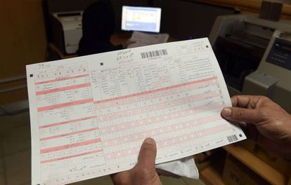 Un empleado de la oficina de estadística de Pakistán sostiene las formas para el Censo de 2017.