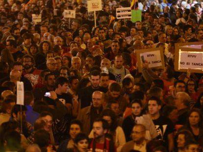 Asistentes a la manifestación contra el cierre de RTVV.