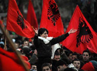 Una albanokosovar saluda a la multitud que celebra en Pristina la independencia de Kosovo en febrero.