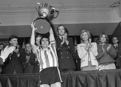 Dani levanta la Copa de 1984 ante Felipe González, el Príncipe, los Reyes y la infanta Cristina. EFE