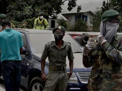 Soldados y vecinos de San Vicente en una calle de Kingstown, la capital, cubierta de ceniza por la erupción del volcán La Soufrière el pasado 10 de abril.