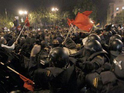 Enfrentamiento entre policía y manifestantes en la protesta de Rodea el Congreso.