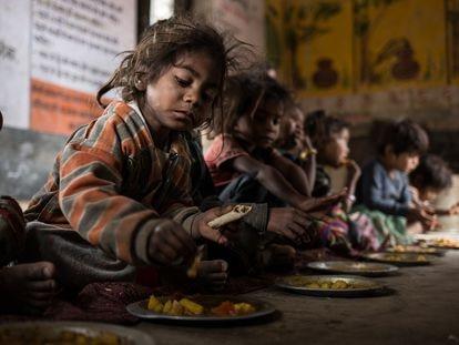 El almuerzo en el Anganwadi (centro infantil rural) del pueblo de Rampuria, Rajastán, India.
