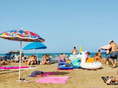 Una playa de Peñíscola cualquier día de julio.