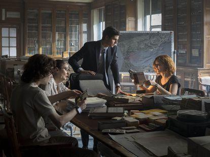 Álvaro Mel (en el centro), en una imagen de la serie 'La Fortuna', dirigida por Alejandro Amenábar.