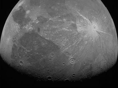Una de las imágenes de Ganímedes tomadas por la sonda 'Juno' el 7 de junio.